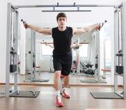 Allenamento di forma fisica dell'uomo Fotografia Stock