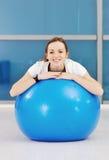 Allenamento di forma fisica della donna con i pesi Fotografia Stock Libera da Diritti
