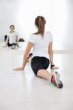 Allenamento di forma fisica della donna con i pesi Fotografia Stock