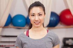 Allenamento di forma fisica della donna - sorridendo alla macchina fotografica Immagini Stock Libere da Diritti