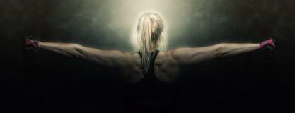 Allenamento di forma fisica della donna - teste di legno della tenuta Fotografie Stock