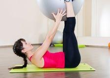 Allenamento di forma fisica della giovane donna in palestra con fitball Fotografia Stock Libera da Diritti