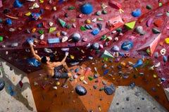 Allenamento di forma fisica e di sport Masso rampicante dell'uomo atletico in buona salute Fotografie Stock