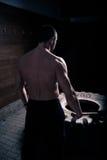 Allenamento di forza della mazza di forma fisica alla palestra Uomo di colpi della gomma della mazza che worrking fuori alla pale Immagine Stock