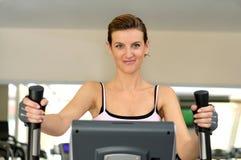 Allenamento di ginnastica a sorridere Fotografia Stock