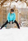 Allenamento di inverno Abiti sportivi d'uso della ragazza, allunganti gli esercizi Fotografia Stock Libera da Diritti