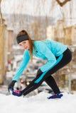 Allenamento di inverno Abiti sportivi d'uso della ragazza, allunganti gli esercizi Immagini Stock Libere da Diritti
