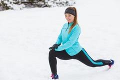 Allenamento di inverno Abiti sportivi d'uso della ragazza, allunganti gli esercizi Fotografie Stock