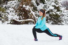 Allenamento di inverno Abiti sportivi d'uso della ragazza, allunganti gli esercizi Immagini Stock