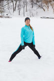 Allenamento di inverno Abiti sportivi d'uso della ragazza, allunganti gli esercizi Fotografie Stock Libere da Diritti