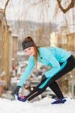 Allenamento di inverno Abiti sportivi d'uso della ragazza, allunganti gli esercizi Immagine Stock Libera da Diritti