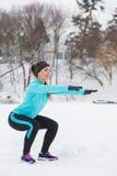 Allenamento di inverno Abiti sportivi d'uso della ragazza che fanno gli edifici occupati Fotografia Stock Libera da Diritti