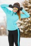 Allenamento di inverno Abiti sportivi ed occhiali da sole d'uso della ragazza Fotografie Stock Libere da Diritti