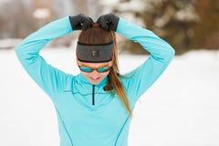 Allenamento di inverno Abiti sportivi ed occhiali da sole d'uso della ragazza Immagini Stock Libere da Diritti