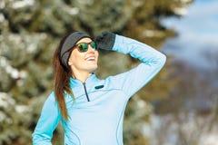 Allenamento di inverno Abiti sportivi ed occhiali da sole d'uso della ragazza Fotografia Stock