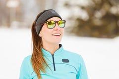 Allenamento di inverno Abiti sportivi ed occhiali da sole d'uso della ragazza Fotografia Stock Libera da Diritti