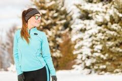 Allenamento di inverno Abiti sportivi ed occhiali da sole d'uso della ragazza Fotografie Stock
