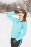Allenamento di inverno Abiti sportivi ed occhiali da sole d'uso della ragazza Immagine Stock