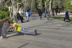 Allenamento di mattina in parco di resto, uomo maturo che fa spinta-UPS Fotografia Stock