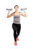 Allenamento di modello femminile di giovane forma fisica con le teste di legno Fotografie Stock Libere da Diritti