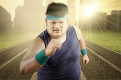 Allenamento di peso eccessivo dell'uomo di mattina Immagine Stock