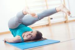 Allenamento di Pilates alla palestra Immagini Stock Libere da Diritti
