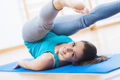 Allenamento di Pilates alla palestra Fotografia Stock