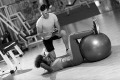 Allenamento di Pilates con l'istruttore personale alla palestra Immagini Stock Libere da Diritti