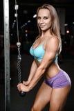 Allenamento di posa della giovane donna atletica e d'esercitazione di modello di forma fisica Immagini Stock Libere da Diritti