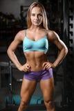 Allenamento di posa della giovane donna atletica e d'esercitazione di modello di forma fisica Fotografie Stock
