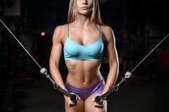 Allenamento di posa della giovane donna atletica e d'esercitazione di modello di forma fisica Immagine Stock