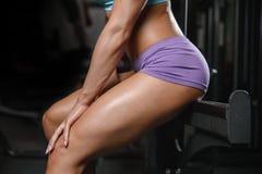 Allenamento di posa della giovane donna atletica e d'esercitazione di modello di forma fisica Fotografia Stock