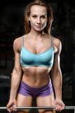 Allenamento di posa della giovane donna atletica e d'esercitazione di modello di forma fisica Immagine Stock Libera da Diritti