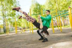 Allenamento di pratica dell'equilibrio delle giovani coppie atletiche Equilibrando nelle paia Immagini Stock