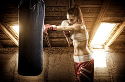 Allenamento di pugilato della giovane donna sulla soffitta Fotografia Stock Libera da Diritti
