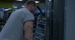Allenamento di Pulldown del tricipite Giovane culturista che fa esercizio pesante per il tricipite Culturista che fa peso massimo video d archivio