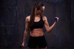 Allenamento di resistenza della ragazza sportiva con i muscoli preparati che fanno bice Immagini Stock