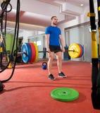Allenamento di sollevamento pesante dell'uomo della barra della palestra di forma fisica di Crossfit Immagine Stock