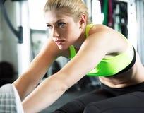 Allenamento di sport nella palestra di forma fisica Immagini Stock