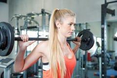 Allenamento di sport nella palestra di forma fisica Fotografie Stock Libere da Diritti