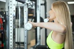 Allenamento di sport nella palestra di forma fisica Fotografia Stock
