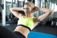 Allenamento di sport nella palestra di forma fisica Fotografie Stock