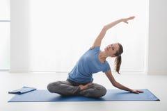 Allenamento di yoga Fotografie Stock Libere da Diritti