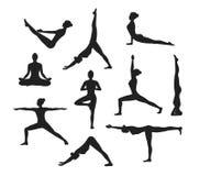 Allenamento di yoga Siluette di una donna nell'yoga Asanas Immagini Stock