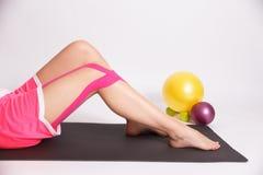 Allenamento dopo la lesione di gamba con nastro adesivo di kinesio Fotografie Stock