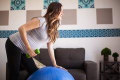 Allenamento durante la gravidanza Immagini Stock Libere da Diritti