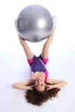 Allenamento duro dalla donna che usando la sfera di esercitazione di forma fisica Immagini Stock Libere da Diritti