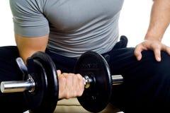 Allenamento duro dell'uomo in buona salute in ginnastica Fotografie Stock Libere da Diritti