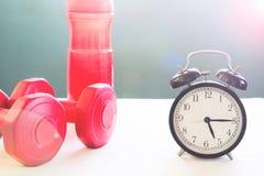 Allenamento e concetto sano di stile di vita con la sveglia Immagine Stock