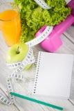 Allenamento e diario stante a dieta dello spazio della copia di forma fisica Fotografia Stock